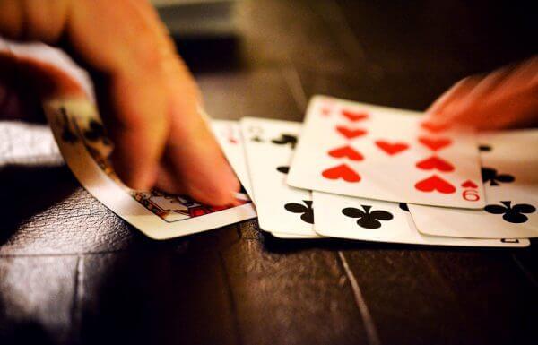 """שוק הנדל""""ן כמשחק קלפים"""